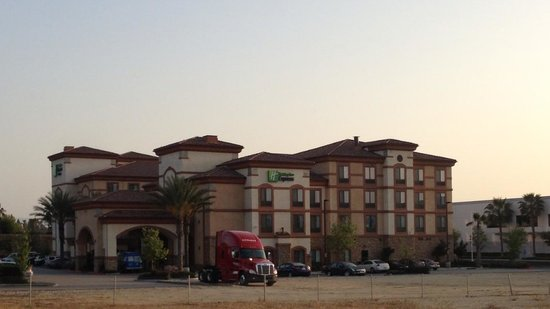 Holiday Inn Express Ontario Airport - Mills Mall: Facade of hotel lot
