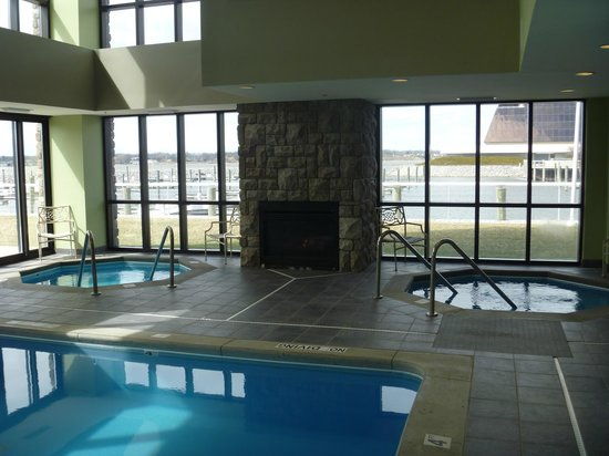 Shoreline Inn & Conference Center: 2 hot tubs & a fireplace