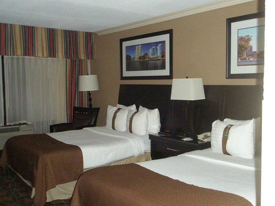 Holiday Inn Tewksbury Andover: Beds with pillows labeled soft and firm
