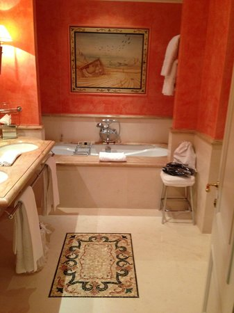 Eden Hotel: Spectacular junior suite bathroom - that's a marble mosaic in the floor!