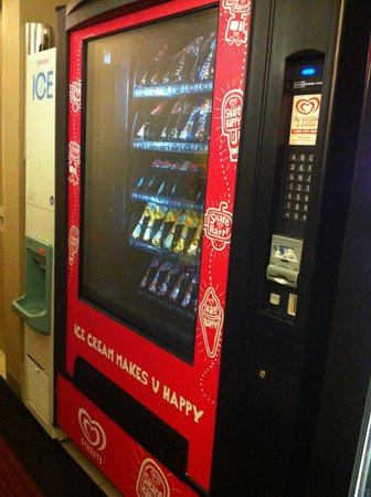 Travelodge Sydney: ice and icecream machine