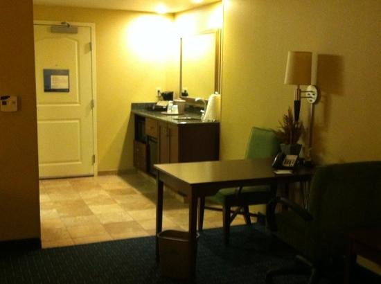 Hampton Inn & Suites Little Rock - Downtown: desk, mini kitchen
