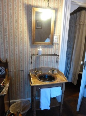 Seven Wives Inn: wash basin in the room