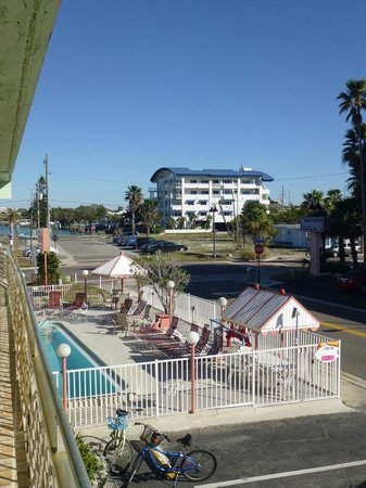 Ritz Resort Motel: View from room of pool