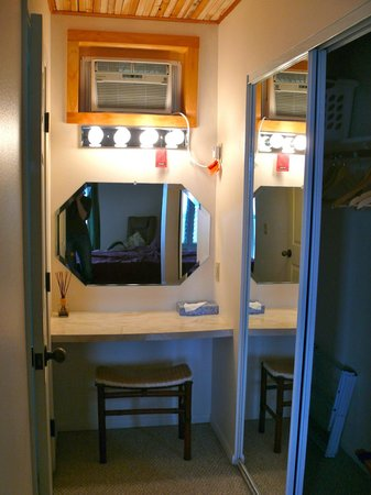 Luana Inn: Tucked away vanity in hallway (clever use of space).