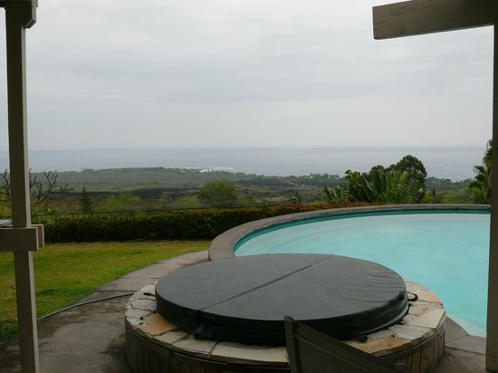 Luana Inn: Hot tub and pool with a view of coastline.