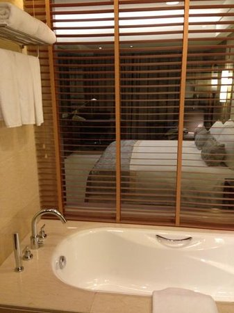 Crowne Plaza Grand Canal: bathroom window to the room