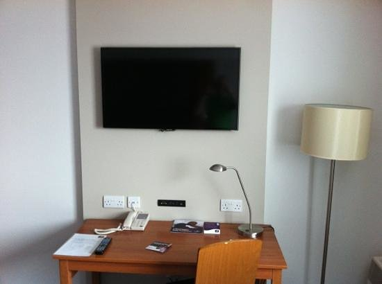 Premier Inn Belfast City Centre Alfred St: Tv and desk area