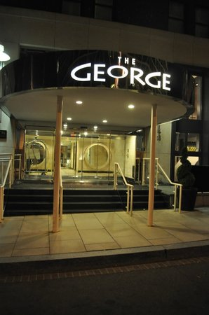 Hotel George, a Kimpton Hotel: The entrance of the hotel