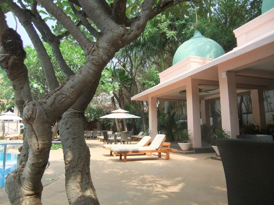 The Leela Palace Bangalore: Gym area by pool