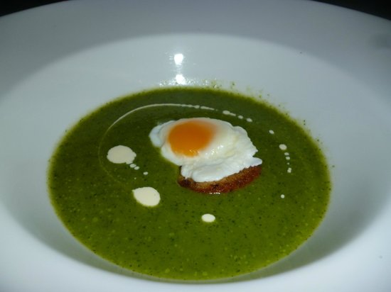 Freedomland Phu Quoc Resort: watercress soup with quail egg on garlic crouton