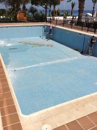 Parador de Mojacar: swimming pool suffering drought