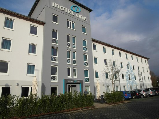 Motel One Koeln - West: Voorgevel van het hotel