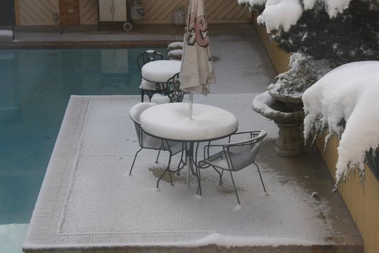 Rodeway Inn & Suites: April Snow in the pool area