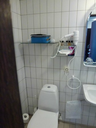 Hotel Kea: Room 313 - Toilet/Sink