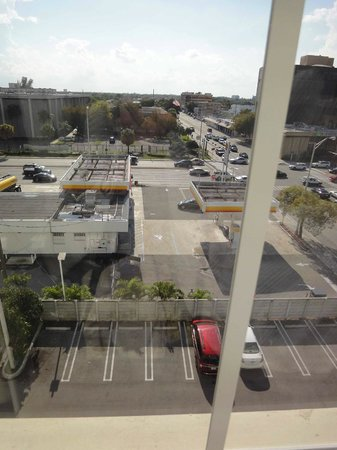 BEST WESTERN PREMIER Miami International Airport Hotel & Suites: Gas Station from my Window