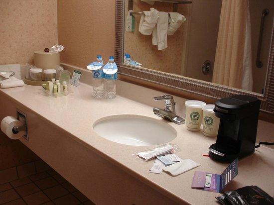Holiday Inn and Suites Tucson Airport North: bathroom and coffee maker