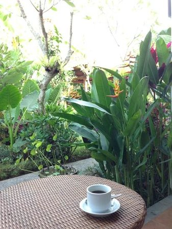 บูมิ มูวา: enjoying a cuppa outside the room
