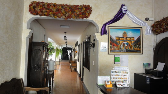 Hotel Posada Dona Luisa: Entrance and front desk; note the Tripadvisor 2013 winner sign on the wall