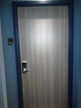 Comfort Inn Toronto: Door Like the tap and key entry card!