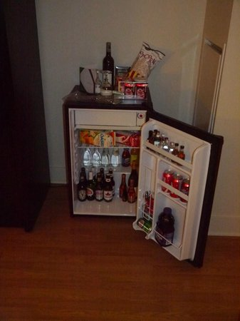 Pantages Hotel Toronto Centre: mini bar