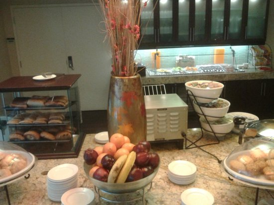 Hilton Garden Inn Washington DC/US Capitol: A lovely selection of foods/drinks for breakfast!