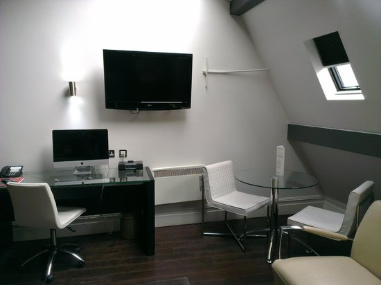 Roomzzz Aparthotel Manchester City: Tv, Mac and dining area