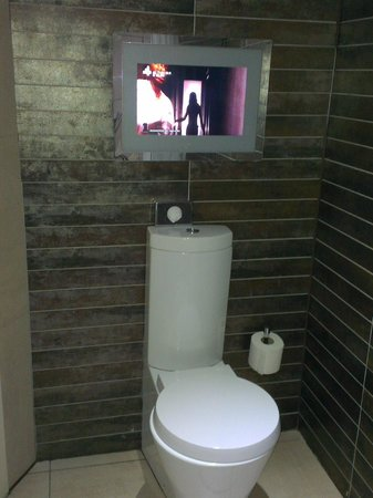 Roomzzz Aparthotel Manchester City: TV in bathroom