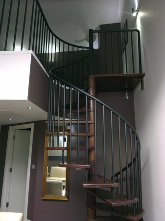 Roomzzz Aparthotel Manchester City: The spiral staircase