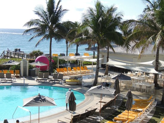 Boca Beach Club, A Waldorf Astoria Resort : pool and over looking beach