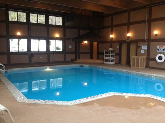 Lodge at Bretton Woods : View from pool looking at entrance 