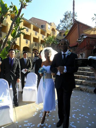 Catalina Canyon Resort &amp; Spa: Father walking the bride down the asile