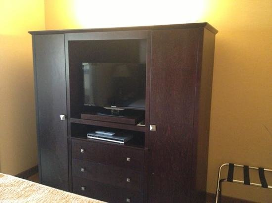 Oxford Suites Portland - Jantzen Beach: TV and closet/dresser