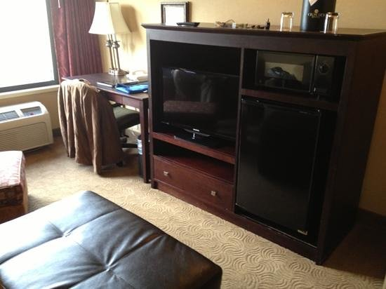 Oxford Suites Portland - Jantzen Beach: second TV and desk