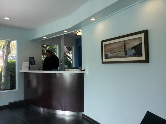 Travelodge Central: Check-in area with Golden Gate Bridge nice picture
