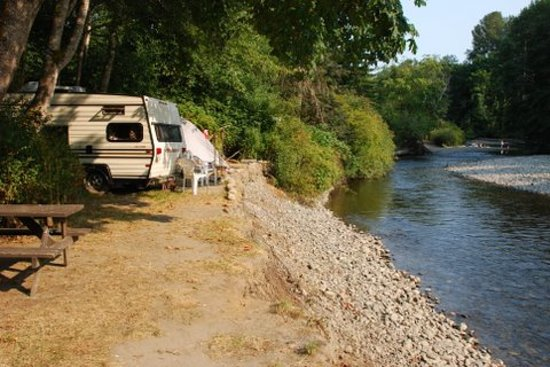Cedar Grove RV Park & Campground: Camp right on Little Qualicum River