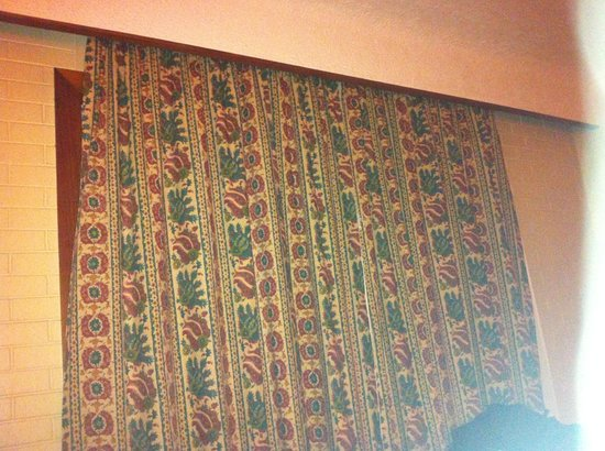 Dunadry Hotel: Ill fitting curtains