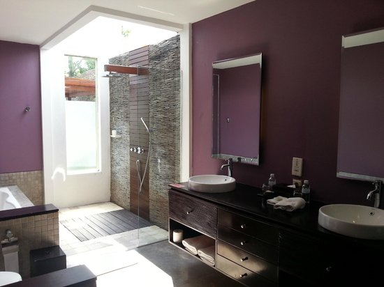 Pradha Villas: Outdoor shower with high walls but no roof