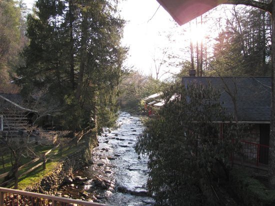 Zoders Inn & Suites: Over looking the stream from our balcony