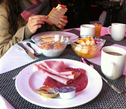 Rembrandt Square Hotel: Breakfast provided by the cafe (bar-like) Smokey
