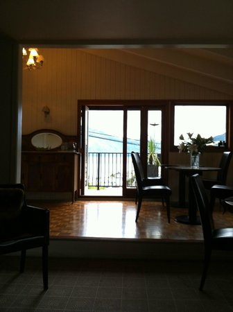 A Boutique Hotel Queenstown House: View from the living room towards the dining area and front of property balcony overlooking lake