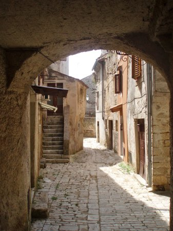 Vodnjan, Croacia: Archway and lane nearby