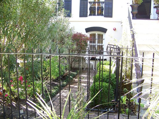 The Olde Savannah Inn: Front Lower Garden Private Entrance