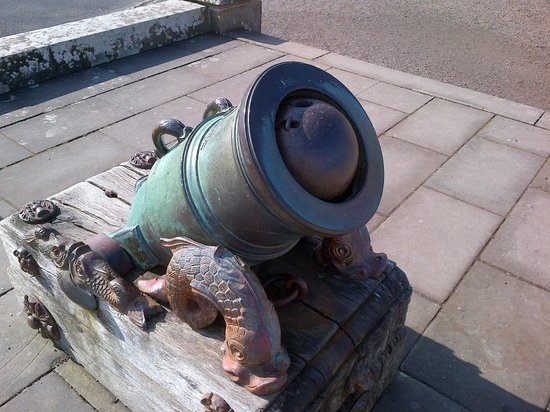 Maybole, UK: Historic Mortar/Cannon (with cannon ball)