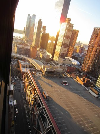 Four Points by Sheraton Midtown - Times Square: vue de la chambre vers la gauche