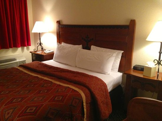 Santa Fe Sage Inn: Triple sheeted beds!