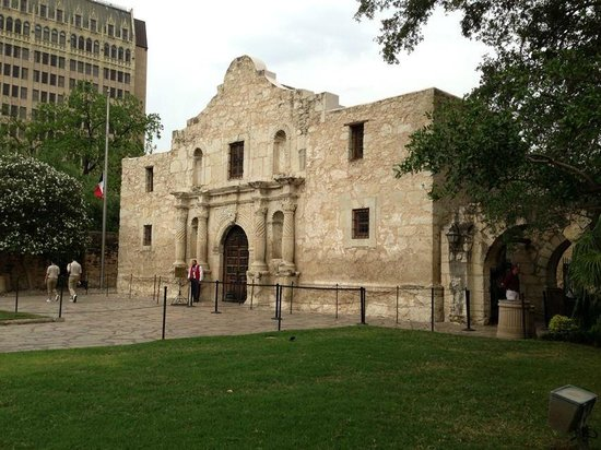 The Emily Morgan San Antonio - a DoubleTree by Hilton Hotel: Emily Morgan Hotel in the bacground