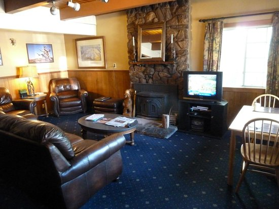 Cinnamon Bear Inn: Lobby - welcoming sitting area.