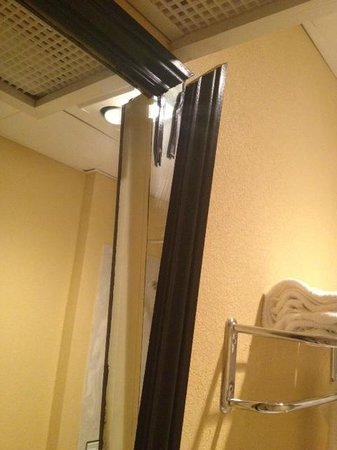 Comfort Inn & Suites Downtown: broken mirror