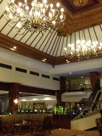 Jogjakarta Plaza Hotel: the lobby view at night